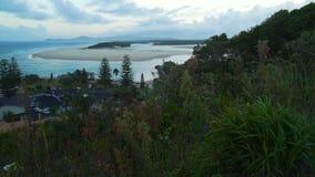 Framdel för Nambucca huvudvatten och ö på skymning, Australien arkivfilmer