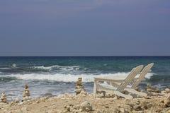 Framdel för två solstol på havet fotografering för bildbyråer