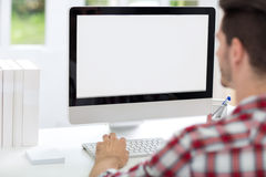 Framdel för ung man av datoren royaltyfri bild