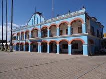Framdel och sida av stadshuset på huvudsaklig marknadsfyrkant i mexikanskt centrum på den Oaxaca staten i Mexico royaltyfri fotografi