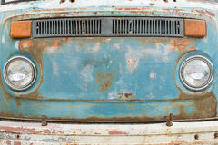Framdel - panel av den gamla rostiga bilen Arkivfoton