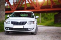 Framdel-sida sikt av en bil arkivfoton