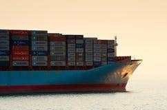 Framdelen av behållareskeppet Svend Maersk på solnedgången Nakhodka fjärd Östligt (Japan) hav 19 04 2014 Royaltyfria Bilder