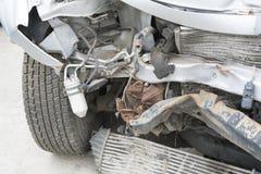 Framdelen av bilen får skadad av en slump på vägen Olycka för bilkrasch på gatan, skadade bilar efter sammanstötning Arkivfoton