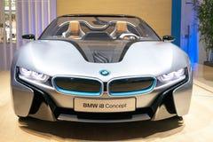 Framdelen av den BMW i8 bilen Arkivfoto