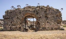 Framdelen av den huvudsakliga ingången till allmänhet badar på Aptera, Kreta Royaltyfria Bilder