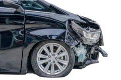 Framdelen av den svarta skåpbilen får skadad av en slump Isolerat på vita lodisar arkivfoto