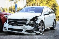 Framdelen av en bil får skadad vid forcerad olycka Royaltyfri Fotografi