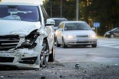 Framdelen av en bil får skadad vid forcerad olycka på vägen Royaltyfri Foto