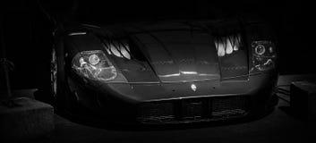 Framdelen av en tävlings- bil arkivfoton