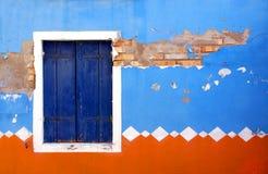 Framdelen av ett hus målade i traditionella modeller Arkivfoton