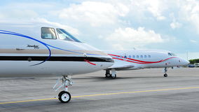 Framdelen av gatuförsäljare 4000 och affären för den Dassault falken 2000LX sprutar ut på Singapore Airshow 2012 Arkivbild