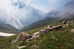 Framdelen av kompakta vita moln i klyftan är det högt i mou Royaltyfria Bilder