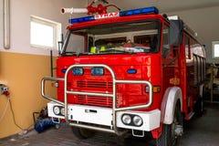 Framdelen av lastbilen av en gammal polsk brandlastbil med synliga blåa ljusa signaler, vattenkanonen och det polska ordet 'STRAZ royaltyfri fotografi