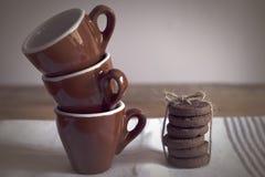 framdelen för fokusen för koppar för kaffekoppen har den drömlika att se det slappa fotoet Royaltyfria Bilder
