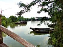 Frame chinês Barcos, lago, natureza, vila e desenvolvimento imagens de stock
