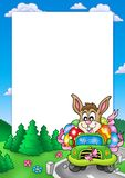 Frame de Easter com o coelho que conduz o carro Fotografia de Stock