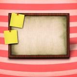 Frame de madeira e para amarelar notas imagens de stock royalty free