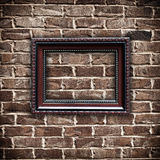 Frame de retrato na parede de tijolo do grunge imagens de stock
