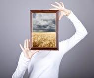 Frame do sustento da menina com campo e chuva de trigo para dentro. imagem de stock