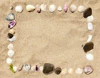 Frame dos escudos e das pedras do mar imagem de stock royalty free