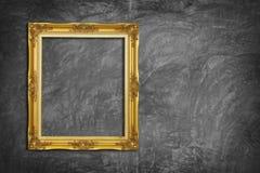 Frame dourado no muro de cimento Foto de Stock Royalty Free
