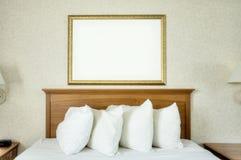 Frame em branco sobre a cama Fotos de Stock Royalty Free