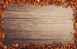 Frame met tabak op houten achtergrond royalty-vrije stock afbeeldingen