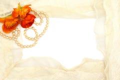 Frame van bloemen, parels en teder kant Royalty-vrije Stock Afbeelding