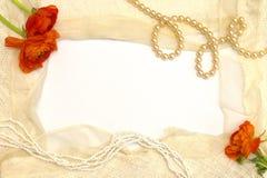 Frame van de oranje bloemen, de parels en het kant Royalty-vrije Stock Afbeeldingen