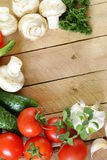 Frame van groenten (komkommer, tomaat, paddestoelen, knoflook) Royalty-vrije Stock Fotografie