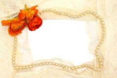 Frame van oranje bloem, parels en kant Stock Afbeeldingen