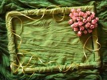 Frame verde de matéria têxtil com coração cor-de-rosa Fotografia de Stock Royalty Free