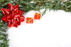 Frame verde do Natal com a fita vermelha da curva Fotografia de Stock Royalty Free