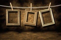 Frames da foto do ouro em um Grunge afligido Backgroun fotografia de stock royalty free