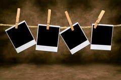 Frames de película em branco vazios que penduram de uma corda Fotografia de Stock