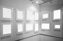 Frames de retrato em branco na galeria de arte Fotos de Stock Royalty Free