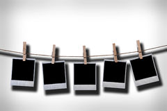 Frames descartáveis vazios da foto que penduram na corda imagem de stock