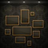 Frames dourados na parede. Fotos de Stock Royalty Free