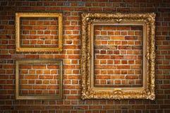 Frames dourados na parede de tijolo Imagens de Stock