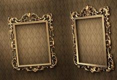 Frames dourados vazios na parede. Real Imagens de Stock
