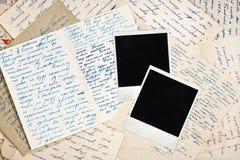 Frames em branco da foto com letras velhas Fotografia de Stock Royalty Free