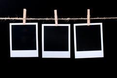 Frames em branco da foto na linha no preto Foto de Stock