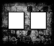 Frames em branco da foto na parede de tijolo Imagens de Stock