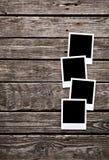 Frames em branco da foto no fundo de madeira Imagem de Stock