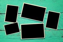 Frames em branco da foto no fundo de madeira Imagens de Stock