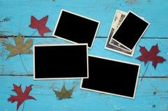 Frames em branco da foto no fundo de madeira Fotos de Stock Royalty Free