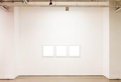 Frames em branco na parede Foto de Stock Royalty Free