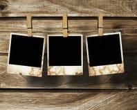 Frames envelhecidos da foto no fundo de madeira Fotos de Stock