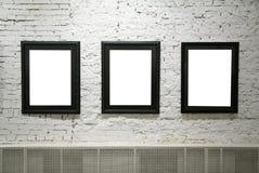 Frames pretos na parede de tijolo branca Imagem de Stock